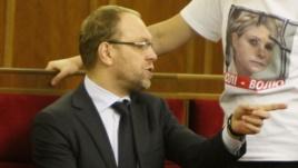 Суд отпустил Власенко под залог и разрешил ездить к Тимошенко