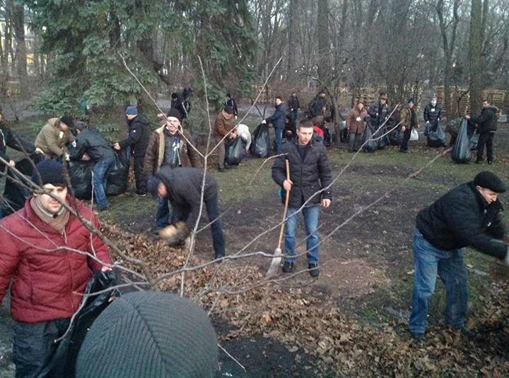 Активисты Майдана убрали мусор после сторонников Януковича