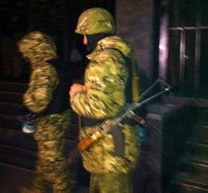 """Вооруженные люди у входа в здание """"Укрнафты"""""""