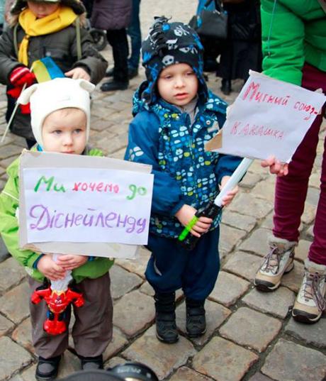 """Во Львове провели """"марш младенцев за ЕС"""""""