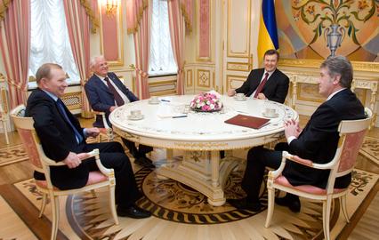 Кучма и Кравчук намекнули Януковичу об отставке премьера