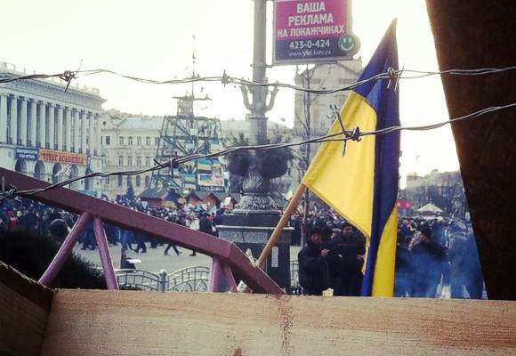 Евромайдан в Киеве обносят колючей проволокой