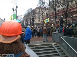 Несколько десятков человек пытались разобрать баррикады на Майдане