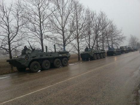 Крымские ГАИшники под Симферополем развернули колонну российских БТРов