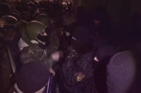 Ночью радикалы пытались захватить здание КГГА
