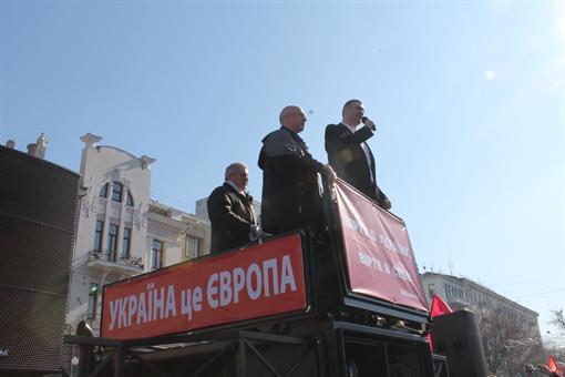 На митинге в Харькове Кличко забросали куриными яйцами