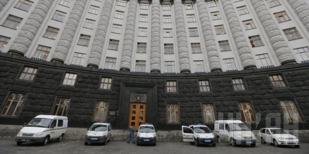 Турчинов поручил продать государственные дачи, резиденции и транспорт