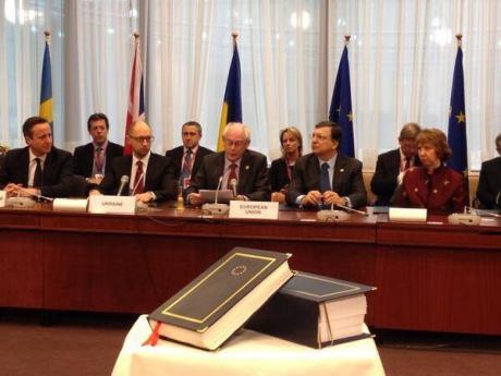 Яценюк подписал политическую часть соглашения с ЕС
