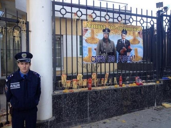 Российское консульство в Одессе забросали лапшой и кетчупом
