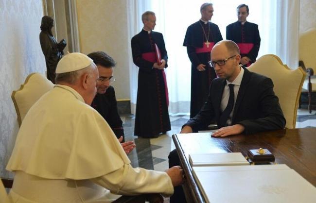 Арсений Яценюк получил ручку от Папы римского