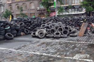 Ночью на Майдане горела баррикада – видео