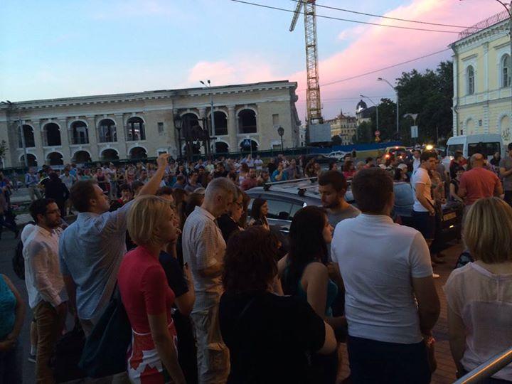 В Киеве возле посольства Нидерландов собралась тысяча людей
