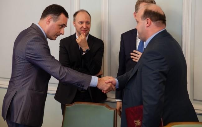 Иностранным дипломатам показали, как Россия ввозит оружие в Украину