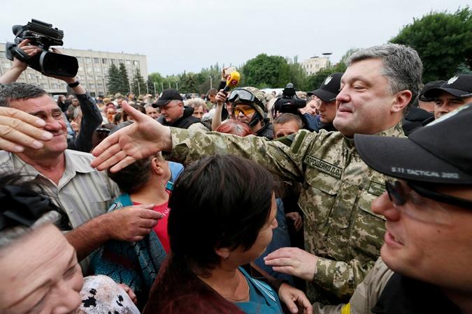 П.Порошенко посетил Славянск: пообщался с жителями и наградил военных