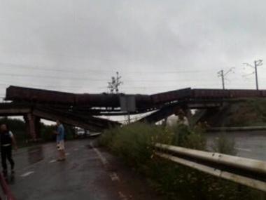 Взорван железнодорожный мост с составом – видео