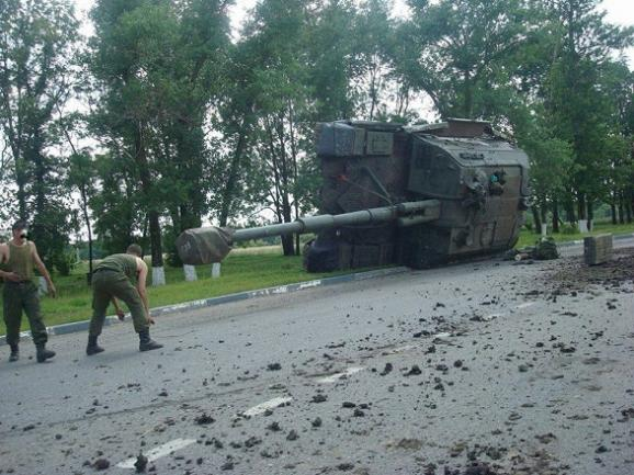 Российский танк перевернулся по дороге к границе Украины