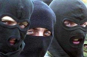 В Харькове пятеро вооружённых в масках напали на точку выдачи помощи