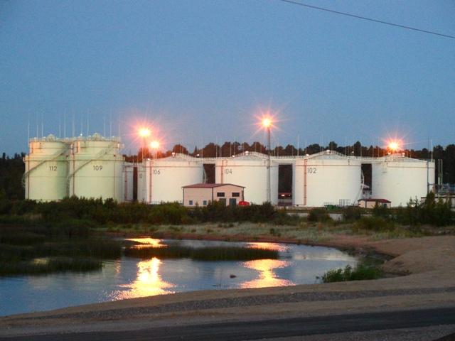 Специалисты предупреждают о том, что нефтехранилища переполнены