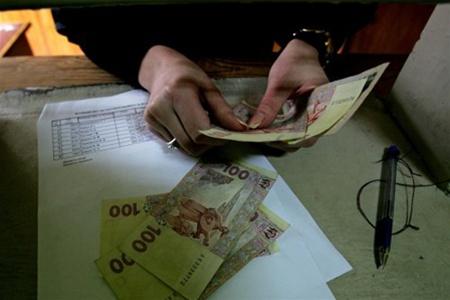 Средние доходы по стране упали на 880 гривен