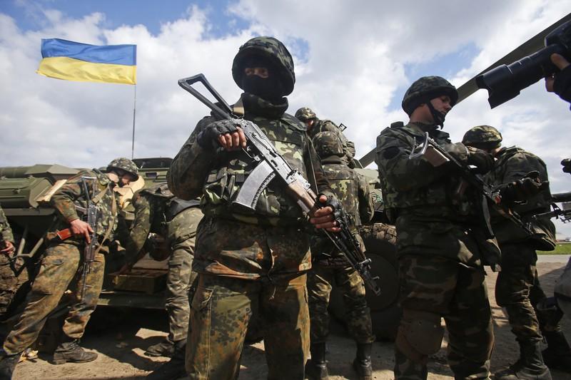 Яценюк призвал сокращать траты в пользу армии