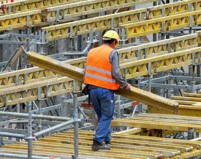 Украинские рабочие едут за границу из-за низких зарплат - Ярошенко