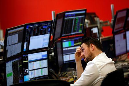 Американские фондовые индексы снижаются в начале торгов