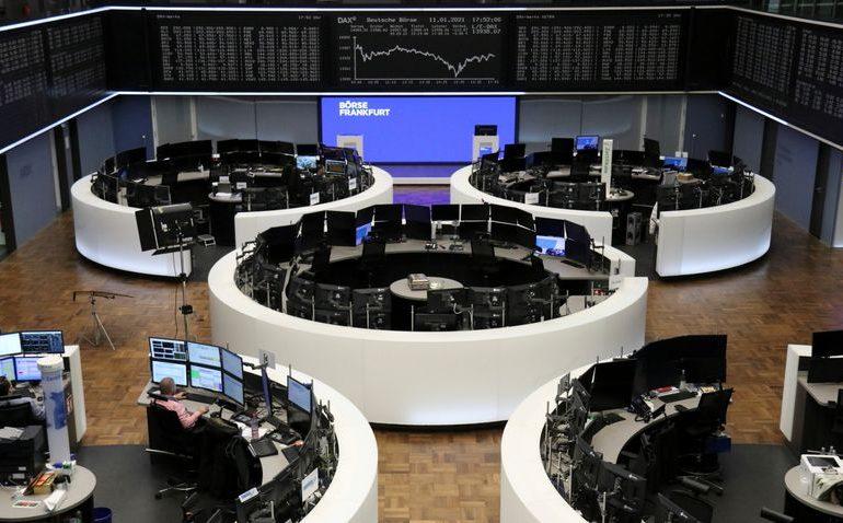 Европейские акции выросли вслед за нефтью и турсектором