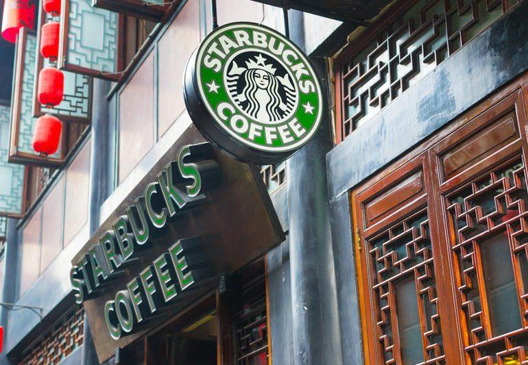 Квартальная прибыль Starbucks снизилась на 30%, выручка - на 5%