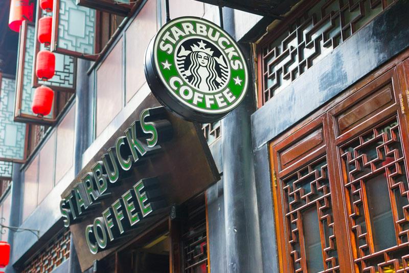 Квартальная прибыль Starbucks снизилась на 30%, выручка — на 5%