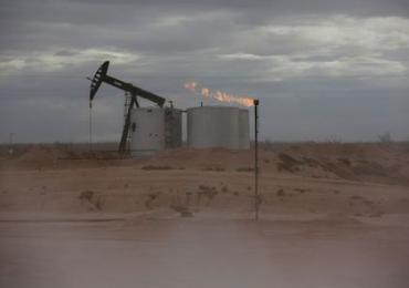 Нефть снижается из-за неожиданного роста запасов в США; в фокусе - Байден, стимулы