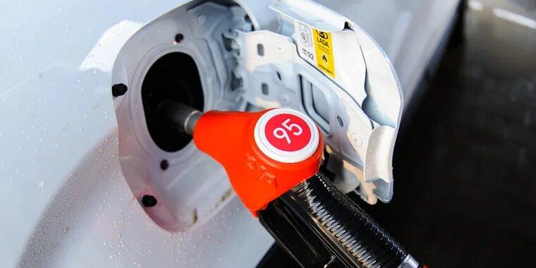 Потребительские цены на бензин в РФ за праздники выросли на 0,4%