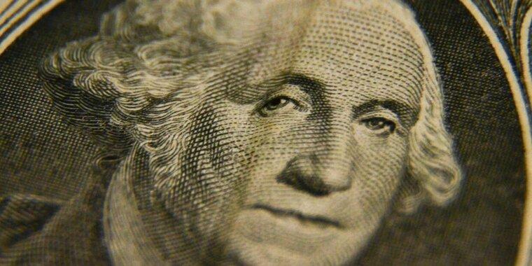 Рубль активно восстанавливается к доллару и евро на старте торгов после падения накануне