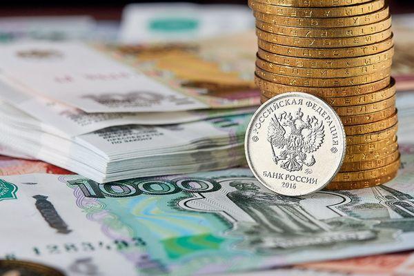 Рубль дешевеет к доллару и евро на старте торгов на фоне снижающейся нефти и уходе инвесторов от риска