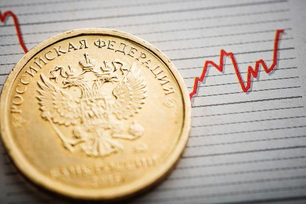 Рубль днем развернулся вниз и дешевеет к доллару и евро на фоне фиксации прибыли