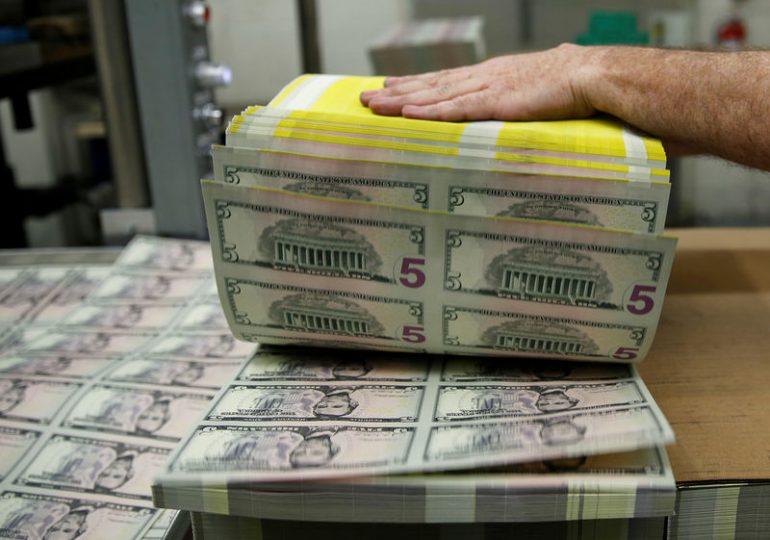 Рубль днем развернулся вниз и дешевеет к доллару и евро на фоне негативной динамики мировых рынков