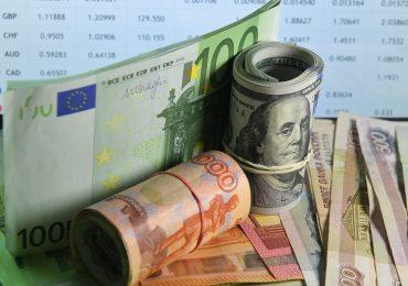 Рубль днем снижается к доллару и евро на фоне негативных сигналов с внешних рынков и дешевеющей нефти