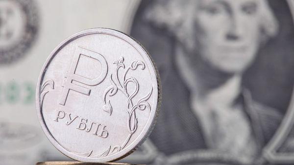 Рубль днем заметно повышается к доллару и евро на позитивных сигналах с внешних рынков