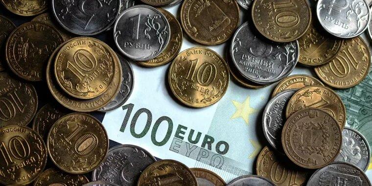 Рубль снижается к доллару, но укрепляется к евро в пятницу вечером, давление на нацвалюту оказывают санкционные риски