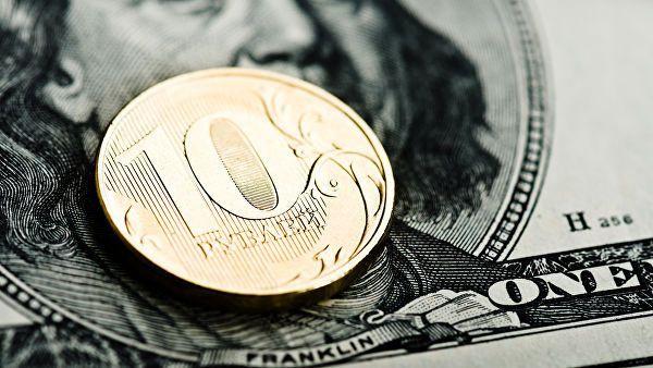 Рубль укрепился к евро, но слегка снизился к доллару на старте торгов, отыгрывая динамику валют на Forex