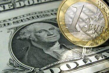 Рубль вечером продолжает дешеветь к доллару и евро на закрытии позиций и в ожидании новых стимулов