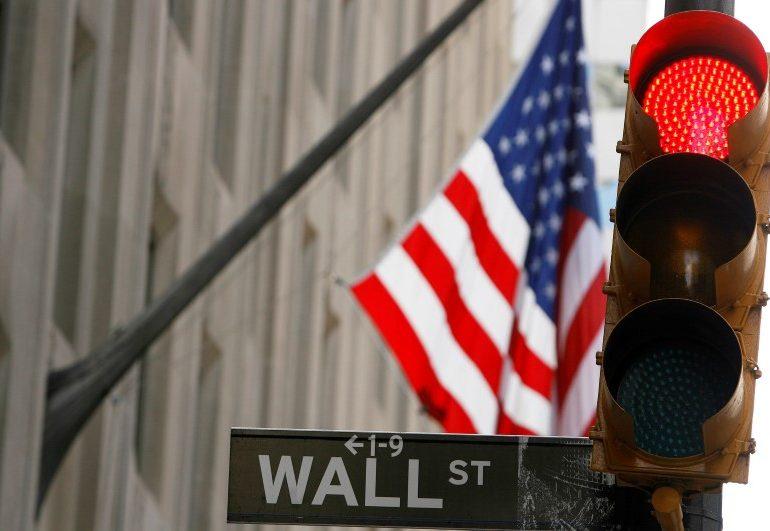 Уолл-стрит снижается на фоне политической встряски в США